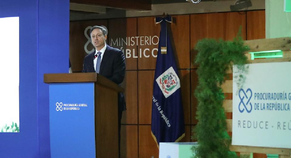 Procurador Jean Rodríguez durante el acto de piensa verde