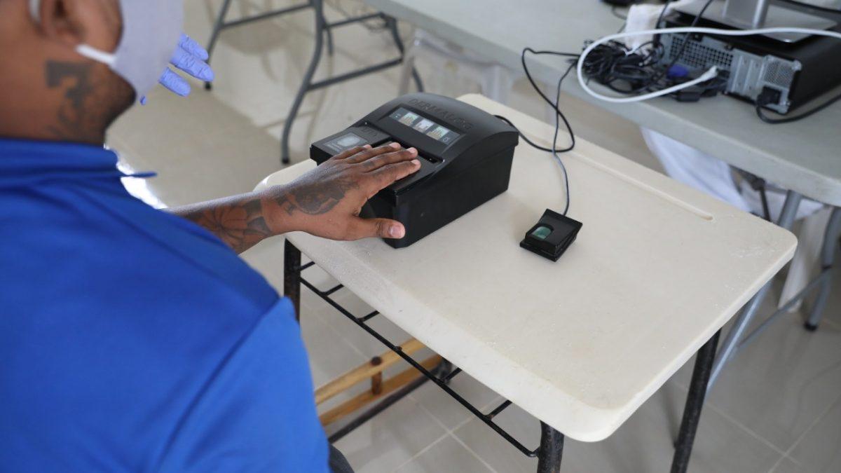 Uno de los internos en el proceso de captación de sus datos biométricos